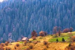 Villaggio di montagne sui pendii di collina Casa sola sulle colline Fotografia Stock
