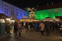 Villaggio di Natale a Monaco di Baviera Residenz nella notte, Germania Fotografia Stock Libera da Diritti