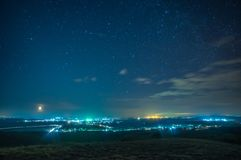 Villaggio di notte su un fondo delle stelle fotografie stock libere da diritti