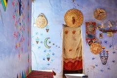 VILLAGGIO DI NUBIAN, EGITTO - FEBBRAIO 2017: Interno di una casa in un villaggio di Nubian vicino ad Assuan fotografie stock
