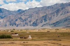 Villaggio di Padum e catena montuosa di Zanskar Immagini Stock