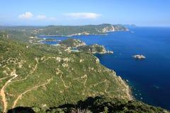 Villaggio di Palaiokastritsa e la parte del sud dell'isola di Corfù veduta dalla fortezza di Angelokastro, isola di Corfù, Grecia immagini stock libere da diritti