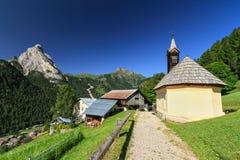 Villaggio di Penia - di Dolomiti fotografia stock