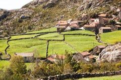 Villaggio di pietra con i pascoli Fotografia Stock