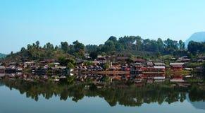 Villaggio di Rakthai e bello lago Immagine Stock