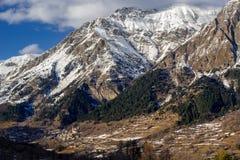Villaggio di Reallon nell'inverno Parco nazionale di Ecrins, alpi, Francia Immagine Stock