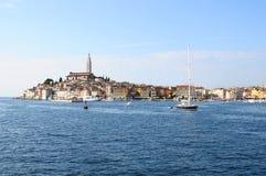 Villaggio di Rovigno e mare adriatico, in Croazia Immagine Stock