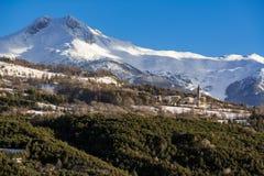 Villaggio di Saint Sauveur nell'inverno Alpi francesi, Francia Fotografia Stock