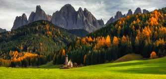 Villaggio di Santa Maddalena St Magdalena con le dolomia magiche Mo fotografia stock libera da diritti