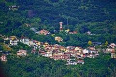 Villaggio di Someraro sul pendio di collina di Lago Mggiore Italia fotografia stock