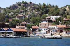Villaggio di spiaggia sul litorale della roccia Immagini Stock Libere da Diritti