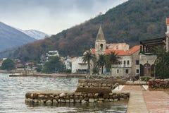 Villaggio di spiaggia un giorno di inverno Baia di Cattaro, Teodo, Montenegro Fotografie Stock Libere da Diritti