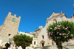 Villaggio di Taormina con la chiesa della torre e di San Giuseppe di orologio in Sicilia, Italia fotografie stock