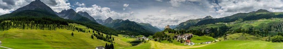 Villaggio di Tarasp e panorama del castello Immagine Stock