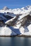 Villaggio di Tignes nell'inverno con il lago Fotografia Stock
