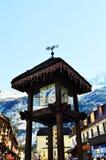 Villaggio di Tzoumaz ed orologio di legno Fotografia Stock Libera da Diritti