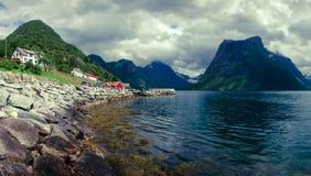Villaggio di Urke e fiordo di Hjorundfjorden Immagini Stock