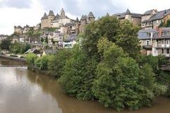 Villaggio di Uzerche in Francia del sud, vista di paesaggio Immagine Stock