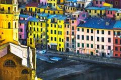 Villaggio di Vernazza, chiesa e vista aerea delle costruzioni Terre di Cinque immagine stock