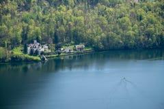 Villaggio di vista aerea nelle alpi della montagna del fondo della città del hallstatt Immagine Stock Libera da Diritti