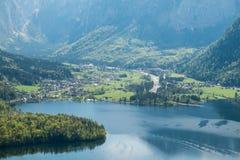 Villaggio di vista aerea nelle alpi della montagna del fondo della città del hallstatt Fotografia Stock