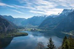 Villaggio di vista aerea nelle alpi della montagna del fondo della città del hallstatt Fotografia Stock Libera da Diritti