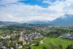 Villaggio di vista aerea nelle alpi della montagna del fondo della città di Salisburgo Immagini Stock