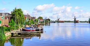 Villaggio di Zanse-Schans sulla banca del canale, Paesi Bassi fotografia stock