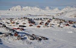 Villaggio a distanza in inverno, Groenlandia Fotografie Stock