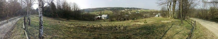 Villaggio a distanza nella montagna carpatica Immagine Stock