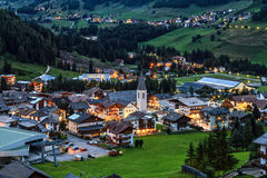 Villaggio e Badia Valley di Corvara in Badia di estate Alto Adige, Italia Immagini Stock Libere da Diritti