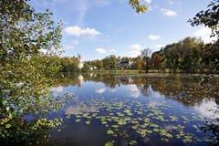 Villaggio e castello e lago in Pierrefonds Fotografia Stock