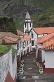 Villaggio e chiesa bianchi coperti rossi di Pittoresque fotografia stock libera da diritti
