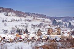 Villaggio e chiesa in Transylvania Romania immagini stock