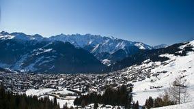 Villaggio e cielo di montagne larghi Immagini Stock