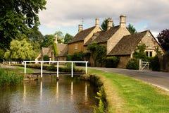 Villaggio e fiume pittoreschi immagine stock