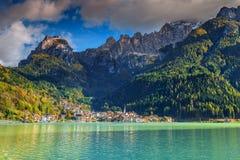 Villaggio e lago alpini stupefacenti in montagne delle dolomia, Alleghe, Italia Fotografie Stock Libere da Diritti