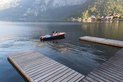 Villaggio e lago di Hallstatt con le barche Fotografia Stock