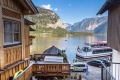 Villaggio e lago di Hallstatt con le barche Fotografie Stock