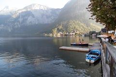 Villaggio e lago di Hallstatt con le barche Fotografie Stock Libere da Diritti