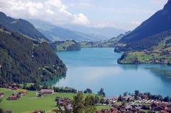 Villaggio e lago nelle alpi Fotografia Stock Libera da Diritti