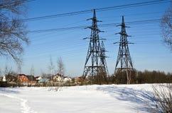 Villaggio e linea elettrica Immagini Stock