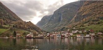 Villaggio e mare nel fiordo di Geiranger, Norvegia Fotografia Stock