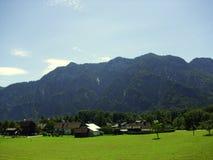 Villaggio e montagne Fotografia Stock