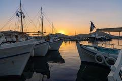 Villaggio e porto di Naoussa al tramonto - Paros marino egeo Cyclad immagine stock