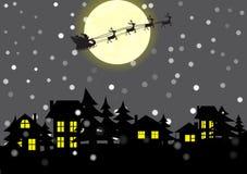 Villaggio e Santa Claus di Natale nei precedenti della luna Immagine Stock