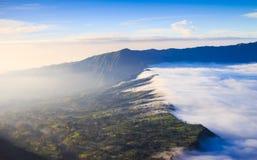 Villaggio e scogliera al vulcano di Bromo in Tengger Semeru, Java, Indo immagine stock libera da diritti