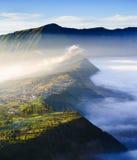 Villaggio e scogliera al vulcano di Bromo in Tengger Semeru, Java, Indo fotografia stock libera da diritti