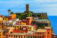 Villaggio e torre di Vernazza Fotografie Stock
