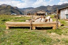 Villaggio ed azienda agricola vicino all'alta montagna Fotografia Stock